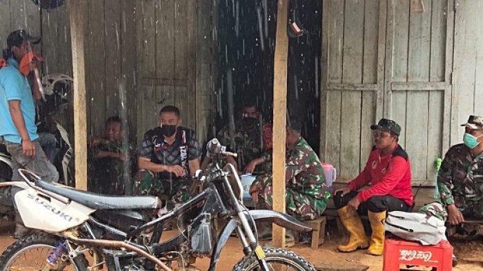 ISTIRAHAT - Satgas TMMD ke-111 istirahat siang untuk ishoma. Mereka tetap giat menunaikan tugas membuka jalan di Dusun Riam Pinang meski kadang hujan mendera.