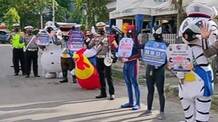 Badut di Kota Sampit Ikut Sosialisasikan Prokes kepada Warga Kabupaten Kotim