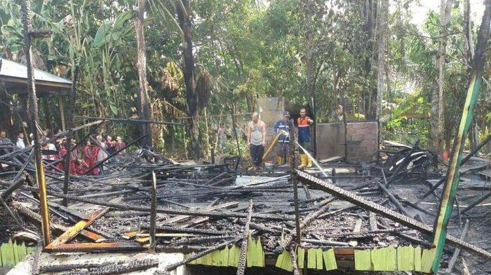 Jago Merah Hanguskan Bangunan di Desa Balida, Kades dan Warga Serentak Bantu Padamkan Api