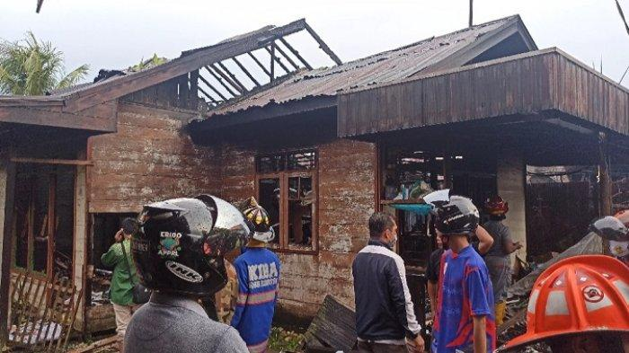 Satu rumah dan satu bedakan hangus terbakar dalam insiden kebakaran yang terjadi di Jalan Pangeran RT 07 RW 01 Kelurahan Pangeran, Banjarmasin Utara, Kamis (11/3/2021).