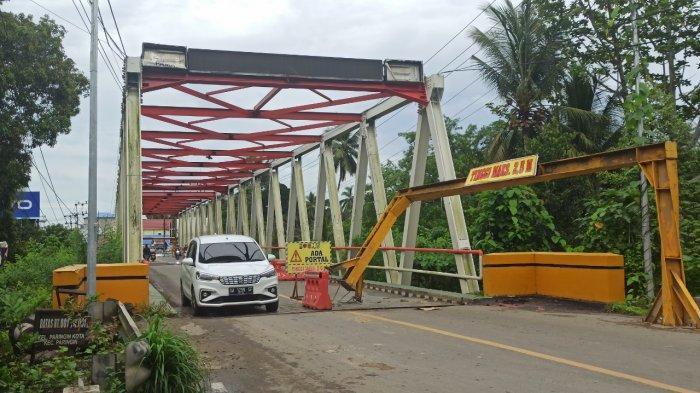 Portal Jembatan Paringin Balangan Ditabrak Truk, Satu Tiang Terlepas dari Lubang Penyangga