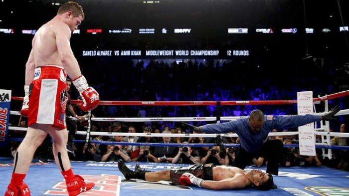 Saul Canelo Alvarez memukul KO Amir Khan dalam pertarungan 7 Mei 2016.