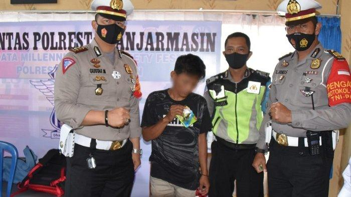 Tampak Sayid Idris alias Idis (28) bersama Barbuk Narkoba jenis sabu dengan berat 4,74 gram (tengah), bersama Kasat Lantas Polresta Banjarmasin, AKP Adolf Gustaf Mamuaya serta anggota lantas yang lain.