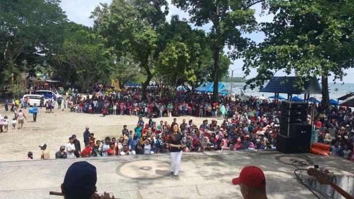Belasan Ribu Pengunjung Jejali Pantai Gedambaan Kotabaru