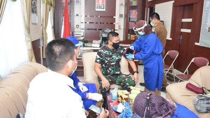 Sebelum vaksinasi tahap kedua, petugas memeriksa suhu tubuh Komandan Kodim 1003/Kandangan, Letkol Arm Dedy Soehartono, di ruang kerjanya, di Kota Kandangan, Kabupaten Hulu Sungai Selatan (HSS), Kalimantan Selatan, Selasa (16/2/2021).