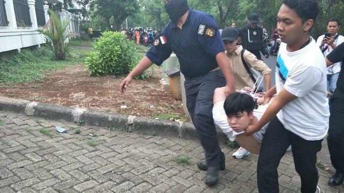 Digerebek Polisi, Komplotan Penipu Lewat Telpon Kocar-kacir Loncat Pagar dan Sembunyi di Rumah Warga