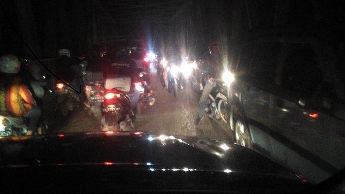 Petugas Kebersihan Malam di Jalan Kayutangi Banjarmasin Pakai Rompi Spotlight