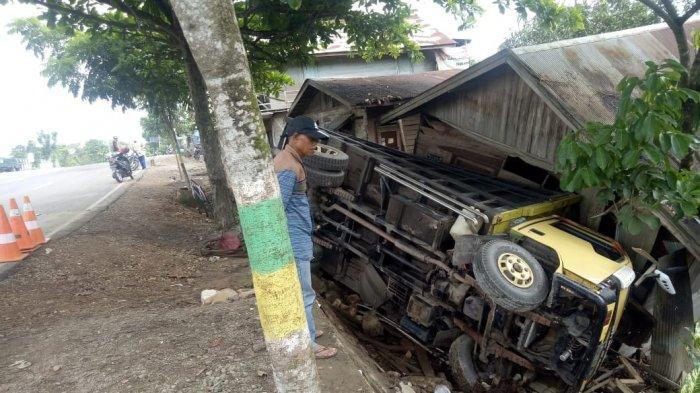 Sebuah Truk Menimpa Sebuah Rumah Warga di Jalan Nasional A Yani, Begini Kronologisnya