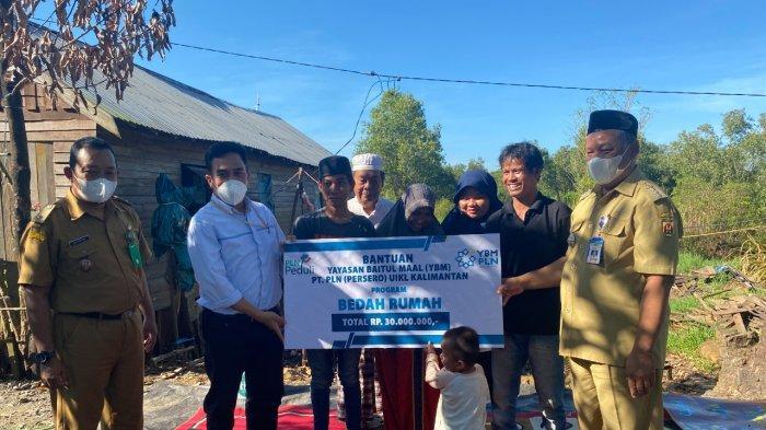 Secara simbolis penyerahan bantuan diserahkan oleh Perwakilan Pengurus YBM PT PLN (Persero) UIKL KALIMANTAN