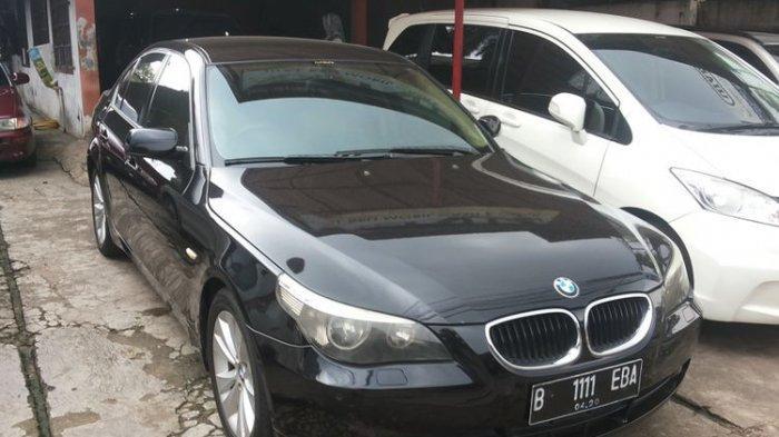 Sedan BMW 320i lansiran 2007 yang dijual di diler mobil bekas Auto Ritz, Jalan Tole Iskandar, Depok, Selasa (13/2/2018).