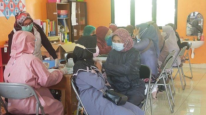 Vaksinasi Guru SMA di Banjarbaru. Sedikitnya, 1.256 guru disuntik vaksin, Senin (7/6/2021).