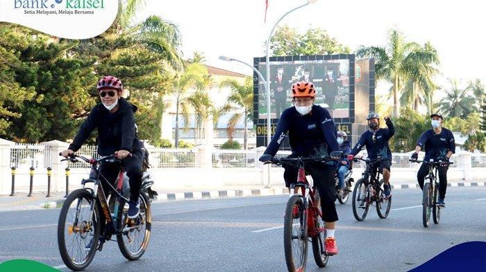 Sehat ceria para peserta 'Bike To Work' yang diikuti komisaris hingga karyawan Bank Kalsel, menyusuri beberapa jalan protoko Kota Banjarmasin, Kamis (10/6/2021).