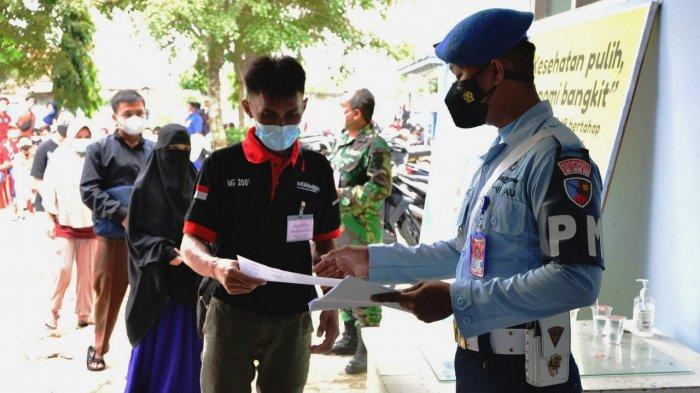 Sejak pagi Tim Nakes Rumah Sakit TNI AU Syamsuddin Noor melayani masyarakat untuk mendapatkan vaksin Covid-19