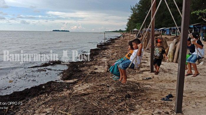 Pantai Batakan Penuh Sampah Kayu Dan Airnya Berwarna Hitam Sukamta Sebut Ini Penyebabnya Banjarmasin Post