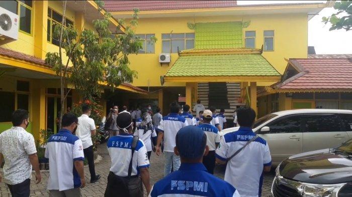 Sejumlah Buruh dan Pekerja FSPMI Kalsel tiba di Disnakertrans Kalsel