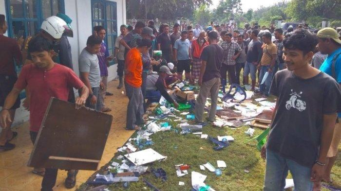 sejumlah dokumen dan masker berhamburan seusai petugas vaksin diusir paksa para nelayan di Aceh.