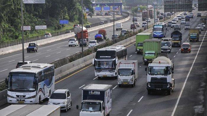 Sejumlah kendaraan melintasi tol JORR (Jakarta Outer Ring Road) menuju tol Jakarta-Cikampek di Bekasi , Jawa Barat, Kamis (23/4/2020). Menurut data Direktorat Lalu Lintas (Dirlantas) Polda Metro Jaya sebanyak 44.550 kendaraan keluar wilayah Jabodetabek (Jakarta, Bogor, Depok, Tangerang, Bekasi ) melewati gerbang tol Cikampek Utama jelang larangan mudik yang ditetapkan pemerintah pada (24/4/2020).