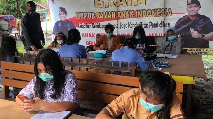 Sejumlah pelajar Kecamatan Bukitbatu Palangkaraya, saat memanfaatkan sarana belajar daring yang disiapkan oleh Satbrimob Polda Kalteng.