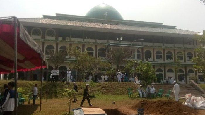 Pelayat Terus Berdatangan ke Lokasi Pemakaman, Anti: Zikir Ustadz Arifin Ilham Sering Bikin Nangis