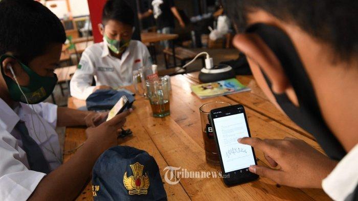 FASILITASI SISWA - Sejumlah siswa belajar via daring dengan menggunakan jaringan wifi di Warkop Pitulikur kawasan Jl Ngagel, Senin (20/7). Pengelola warkop memberikan fasilitas teh hangat kepada siswa yang belajar via daring asal tidak bermain game.
