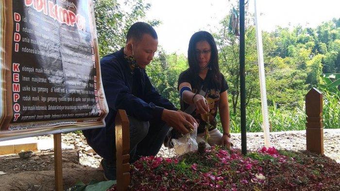 Tangis Sobat Ambyar di Kuburan Didi Kempot, Makam Suami Yan Vellia dan Saputri Masih Ramai Diziarahi