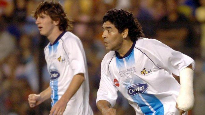 Sekali-sekalinya Lionel Messi (kiri) dan Diego Maradona (kanan) bermain di satu lapangan, yaitu dalam laga amal yang digelar pada 27 Desember 2005 di Stadium Boca Junior di Buenos Aires, Argentina.
