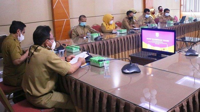 Sekretaris Daerah Kabupaten Banjar, HM Hilman, beri arahan kepada peserta pertemuan saat membahas persiapan evaluasi peninjauan tim smart city, bertempat di Aula Bauntung Bappeda Litbang, Kota Martapura, Kalimantan Selatan, Selasa (18/5/2021).