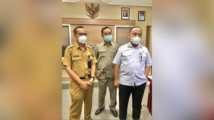 Sekretaris Daerah Kabupaten Hulu Sungai Selatan, Drs H Muhammad Noor, menyambut kedatangan rombongan DPRD Provinsi Kalimantan Selatan, Selasa (18/5/2021).