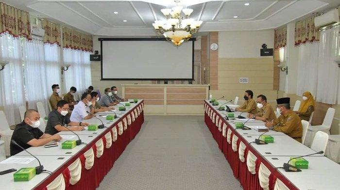Pertemuan Sekretaris Daerah Kabupaten Hulu Sungai Selatan, Drs H Muhammad Noor, dan pejabat pemkab dengan rombongan dari DPRD Provinsi Kalimantan Selatan, Selasa (18/5/2021).