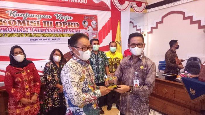 Sekda Kotabaru H Said Akhmad (kanan) memberikan cindera mata kepada Ketua Komisi III DPRD Provinsi Kalimantan Tengah Duel Rawing (kiri)
