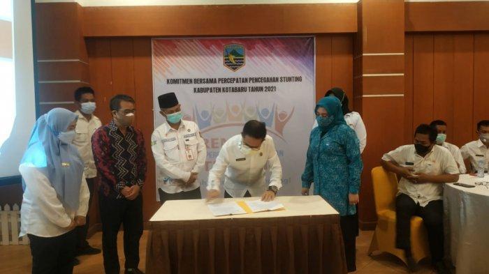 Sekda Kotabaru H Said Akhmad menandatangani kegiatan rembuk stunting dengan pihak terkait