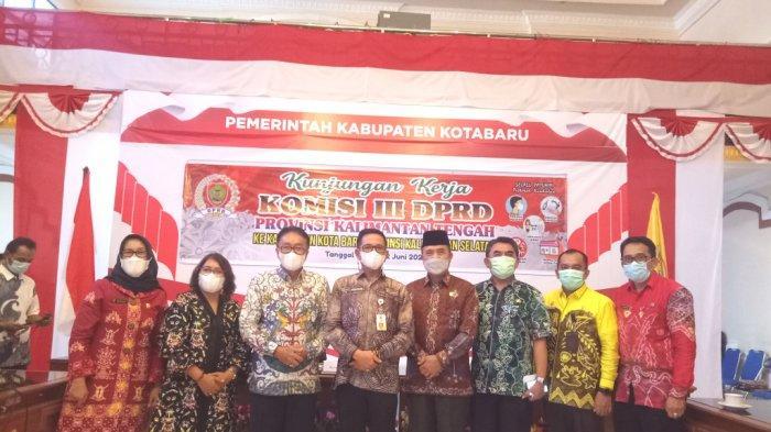 Sekda Kotabaru H Said Akhmad (empat dari kiri) dan jajaran berfoto bersama rombongan Komisi III DPRD Provinsi Kalimantan Tengah