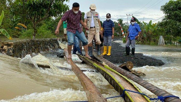 Sekda Tanbu Bersama PUPR dan BPBD Tinjau Jalan Rusak Akibat Banjir Kusan Hulu