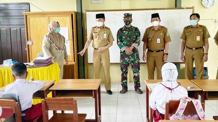 Sekretaris Daerah Kabupaten Tanah Bumbu (Tanbu), Dr H Ambo Sakka, memantau pelaksanaan Pembelajaran Tatap Muka (PTM) secara terbatas di sebuah sekolah di Kecamatan Kusan Hilir, Kabupaten Tanbu, Provinsi Kalimantan Selatan (Kalsel), Senin (13/9/2021).