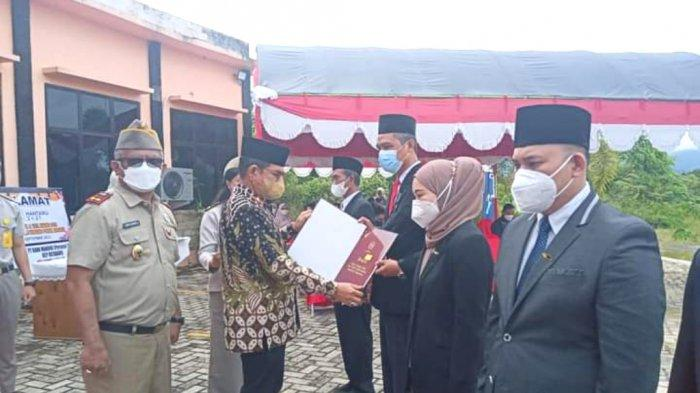 Sekdakab Kotabaru Said Akhmad menyerahkan penganugerahan tanda kehormatan satyalencana karya satya