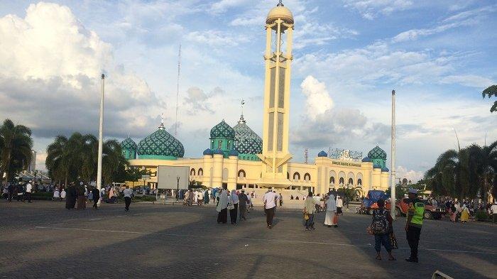 Perbaiki Trotoar di Tepi Jalan A Yani Mulai Depan Masjid Al Karomah