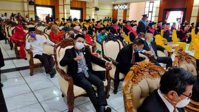 Sekretaris Komisi I DPRD Kabupaten Kotabaru, Rabbiansyah, saat menghadiri kegiatan wisuda STKIP Paris Barantai, Sabtu (28/11/2020).