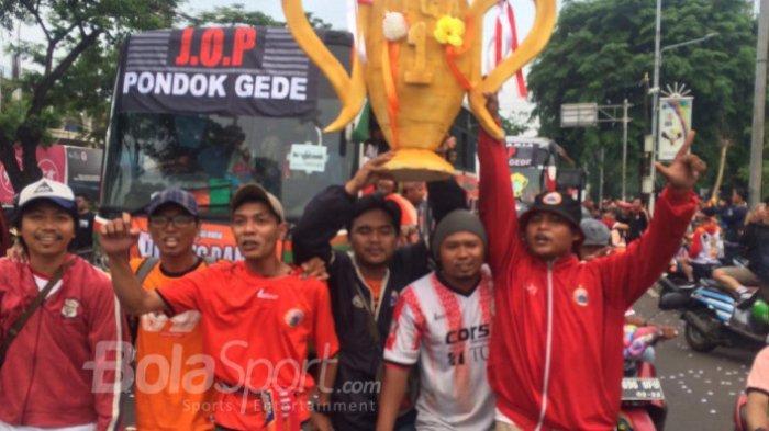 Sekumpulan pendukung Persija Jakarta, The Jak Mania, membawa trofi buatan tangan untuk meramaikan pertandingan pamungkas Liga 1 melawan Mitra Kukar di Stadion Utama Gelora Bung Karno, Jakarta, pada Minggu (9/12/2018). Kemenangan atas Mitra Kukar akan membawa Persija juara Liga 1 2018.