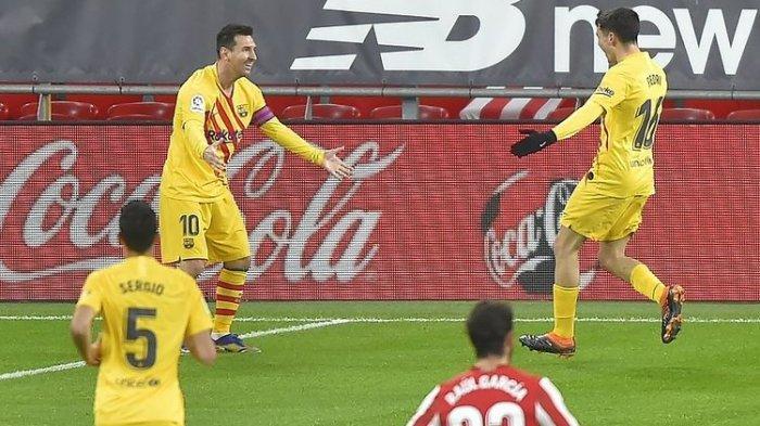 Penyerang Barcelona Lionel Messi (kiri) berselebrasi dengan gelandang Pedri setelah mencetak gol dalam pertandingan La Liga Spanyol Atheltic Bilbao vs Barcelona di Stadion San Mames di Bilbao pada 6 Januari 2021.