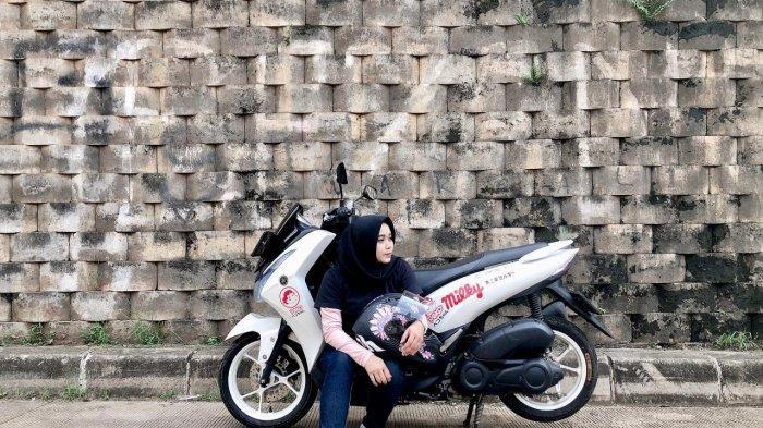 Selva Marisa (34) seorang wanita yang berprofesi sebagai Graphic Designer dan menggemari dunia otomotif khususnya roda dua