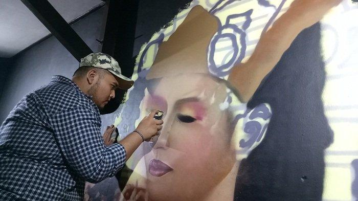 seniman-mural-di-banua-jeffry-andika-sedang-mengerjakan-mural.jpg