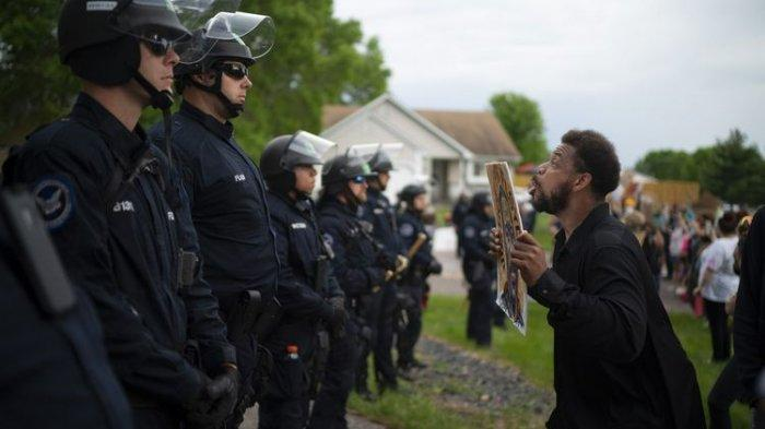 Setelah George Floyd Dibunuh, Polisi Kulit Putih Tembak dan Pukuli Massa Kulit Hitam yang Demo