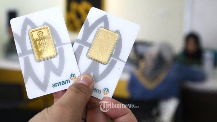 Seorang konsumen memperlihatkan emas batangan atau logam mulia yang baru dibelinya di Butik Emas, Jalan Ir H Djuanda, Kota Bandung, Rabu (8/1/2020). Harga logam mulia milik PT Aneka Tambang (Antam) di Butik Emas hari ini berada di angka Rp 815.000 per gram atau naik sebesar Rp 16.000 dari posisi hari sebelumnya Rp 799.000 per gram. Sementara harga jual dari Rp 700.000 per gram naik sebesar Rp 14.000 jadi seharga Rp 714.000 per gram. Kenaikan harga emas yang hampir menyentuh 2 persen itu, dipicu memanasnya konplik Iran dan Amerika Serikat.