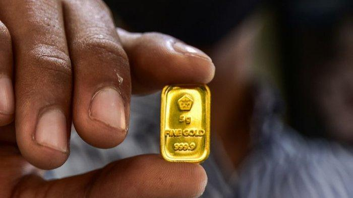 Seorang pegawai menunjukkan kepingan emas di sebuah toko perhiasan di Kota Pekanbaru, Riau, Selasa (28/7/2020). Harga emas PT Aneka Tambang (Persero) Tbk pada Selasa (28/7/2020) berada di angka Rp 1.022.000 per gram, posisi tertinggi sepanjang masa emas Antam diperjualbelikan.