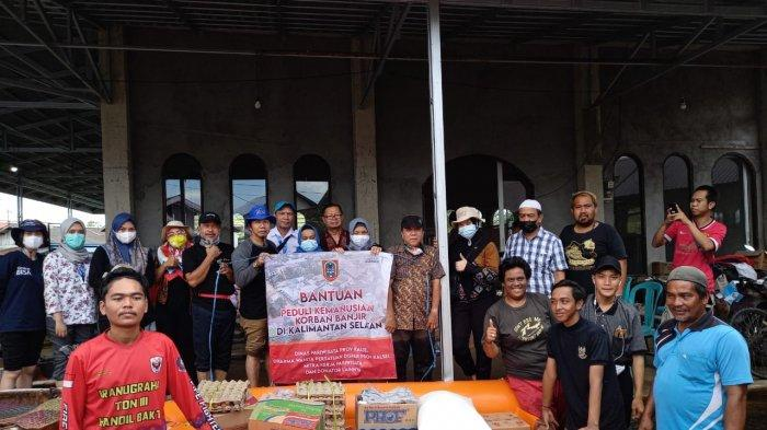 Pelaku Pariwisata dan Disbudpar Kalsel Bantu Korban Banjir di Handil Bakti Batola