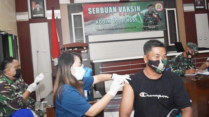 Petugas suntikkan vaksin kepada seorang peserta kegiatan Serbuan Vaksinasi di Ruang Data Kodim 1003, Kota Kandangan, Kabupaten Hulu Sungai Selatan (HSS), Provinsi Kalimantan Selatan (Kalsel), Rabu (15/9/2021).
