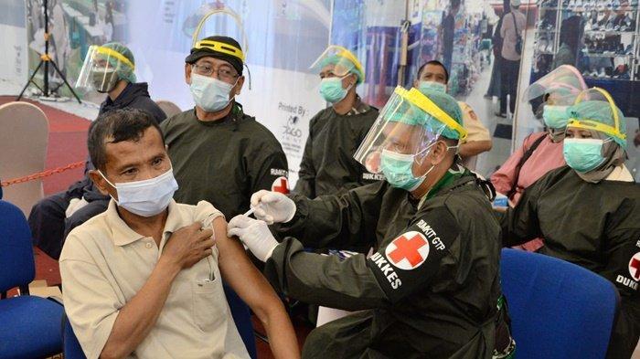 Warga dapat vaksin di lokasi kegiatan Serbuan Vaksinasi TNI yang digelar Korem 101/Antasari di Duta Mall, Jalan A Yani Km 2, Kota Banjarmasin, Sabtu (17/7/2021). Kegiatan akan digelar lagi di tempat yang sama saat Minggu (18/7/2021).