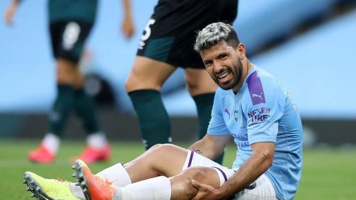 Striker Argentina Manchester City, Sergio Aguero bereaksi setelah cedera dalam tantangan dengan pemain belakang Burnley, Inggris, Ben Mee (tidak digambarkan) selama pertandingan sepak bola Liga Premier Inggris antara Manchester City dan Burnley di Stadion Etihad di Manchester, Inggris barat laut, pada 22 Juni, 2020.