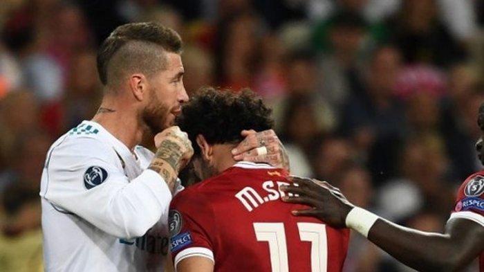 Sergio Ramos (Real Madrid KCmemeluk Mohamed Salah (Liverpoo) pada partai final Liga Champions 2017-2018.