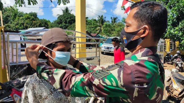 Lihat Warga Abai Prokes, Serma Ibnu Langsung Tegur dan Berikan Masker Gratis